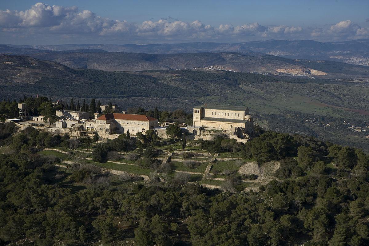 Le mont Thabor site traditionnel de la Transfiguration du Seigneur (Crédits photo : Mount Tabor aerial view Mordagan via Wikimedia Commons)