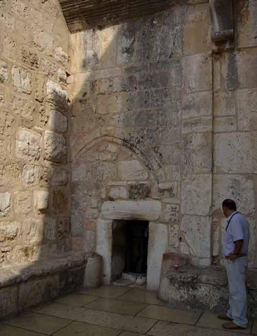 Porte étroite pour entrer dans la basilique de la Nativité à Bethléem (Crédits photo : Berthold Werner via Wikimedia Commons)
