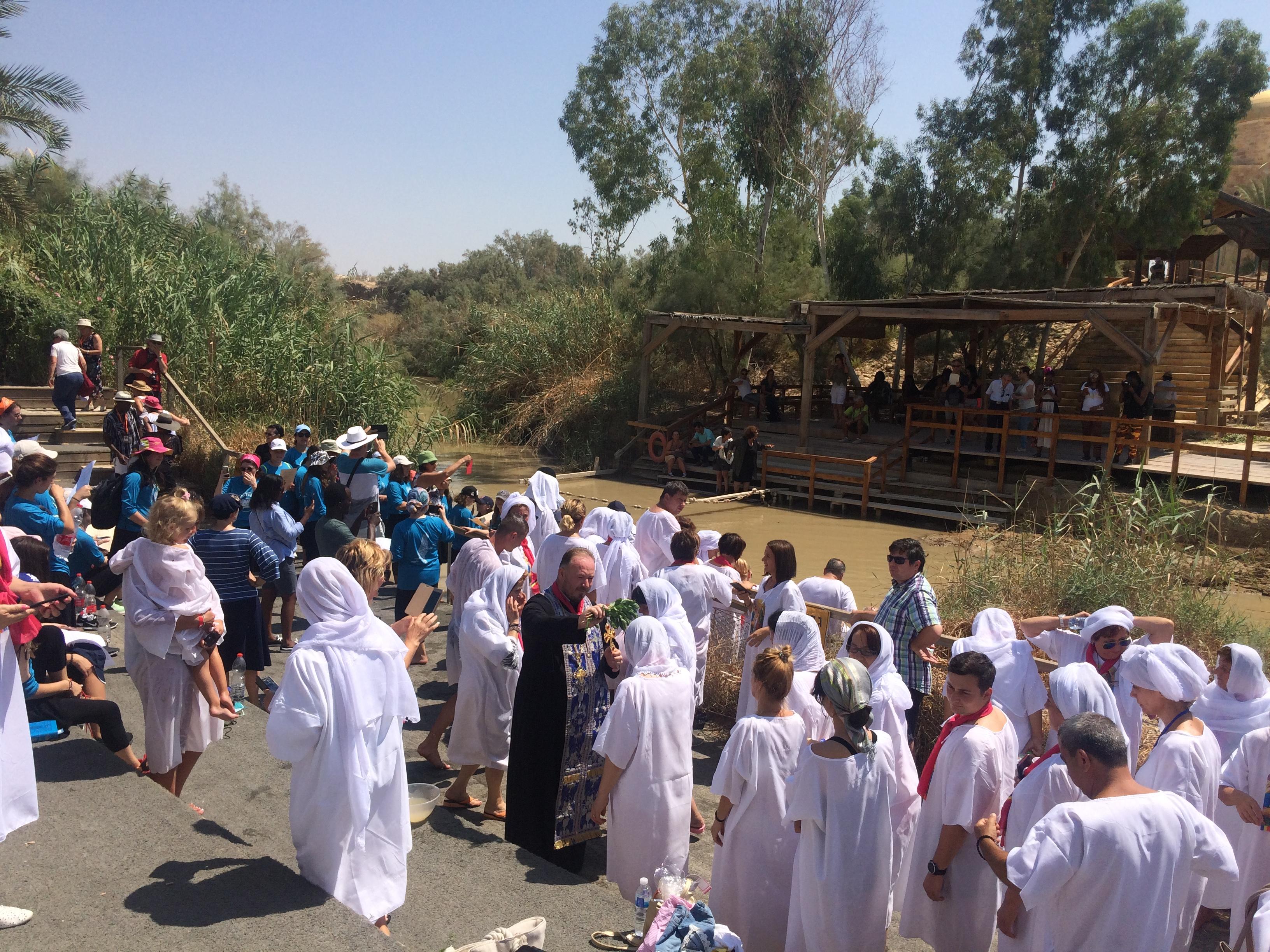 Pèlerins renouvelant leur baptême au Jourdain à l'endroit présumé où prêchait Jean-Baptiste (Crédits photo: H. Giguère)