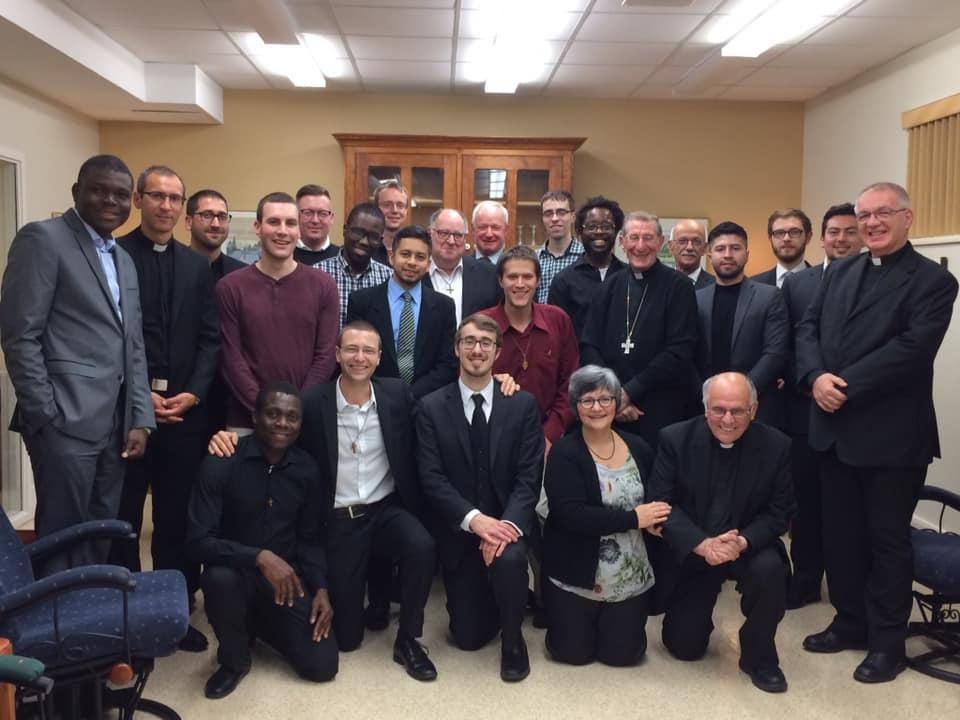 Les séminaristes et l'équipe des personnes formatrices avec le nonce apostolique au Canada, Mgr Luigi Bonazzi,(Crédits photo : Grand Séminaire de Québec)