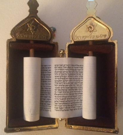 Le rouleau du livre des Écritures (Crédits photo : H Giguère)