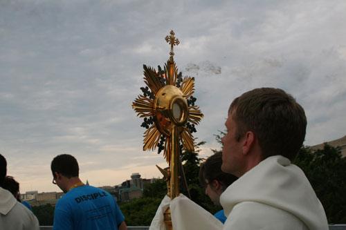 Procession du Très Saint Sacrement à la Montée Jeunesse d'Ottawa en 2010