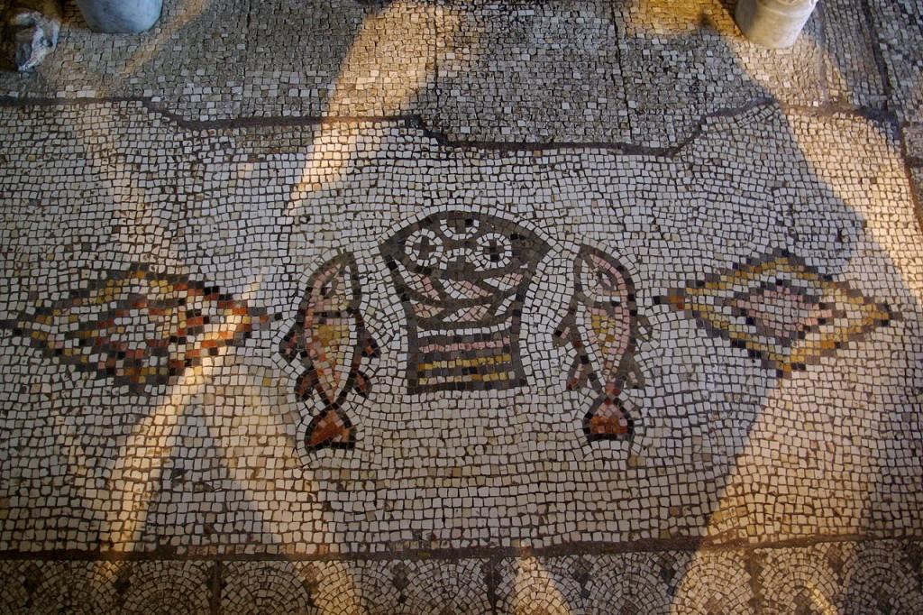 Tabgha en Galilée : Mosaïque de l'église de la multiplication des pains. Le cinquième pain est...sur l'autel, bien entendu.