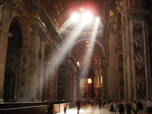 Intérieur de la basilique saint Pierre de Rome (Crédits photo : H. Giguère)