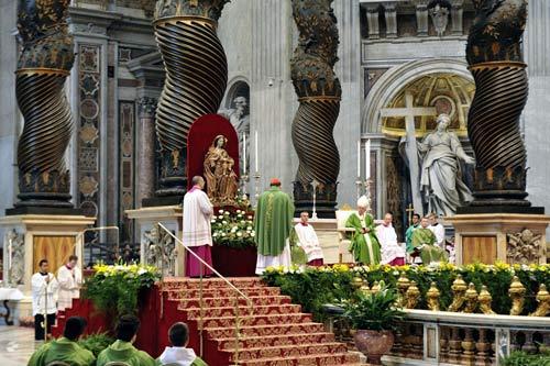 Le cardinal Gérald C. Lacroix s'adressant au pape François de la messe d'action de grâces pour la canonisation de François de Laval et Marie de l'Incarnation le 12 octobre 2014 (crédits photo Daniel Abel)