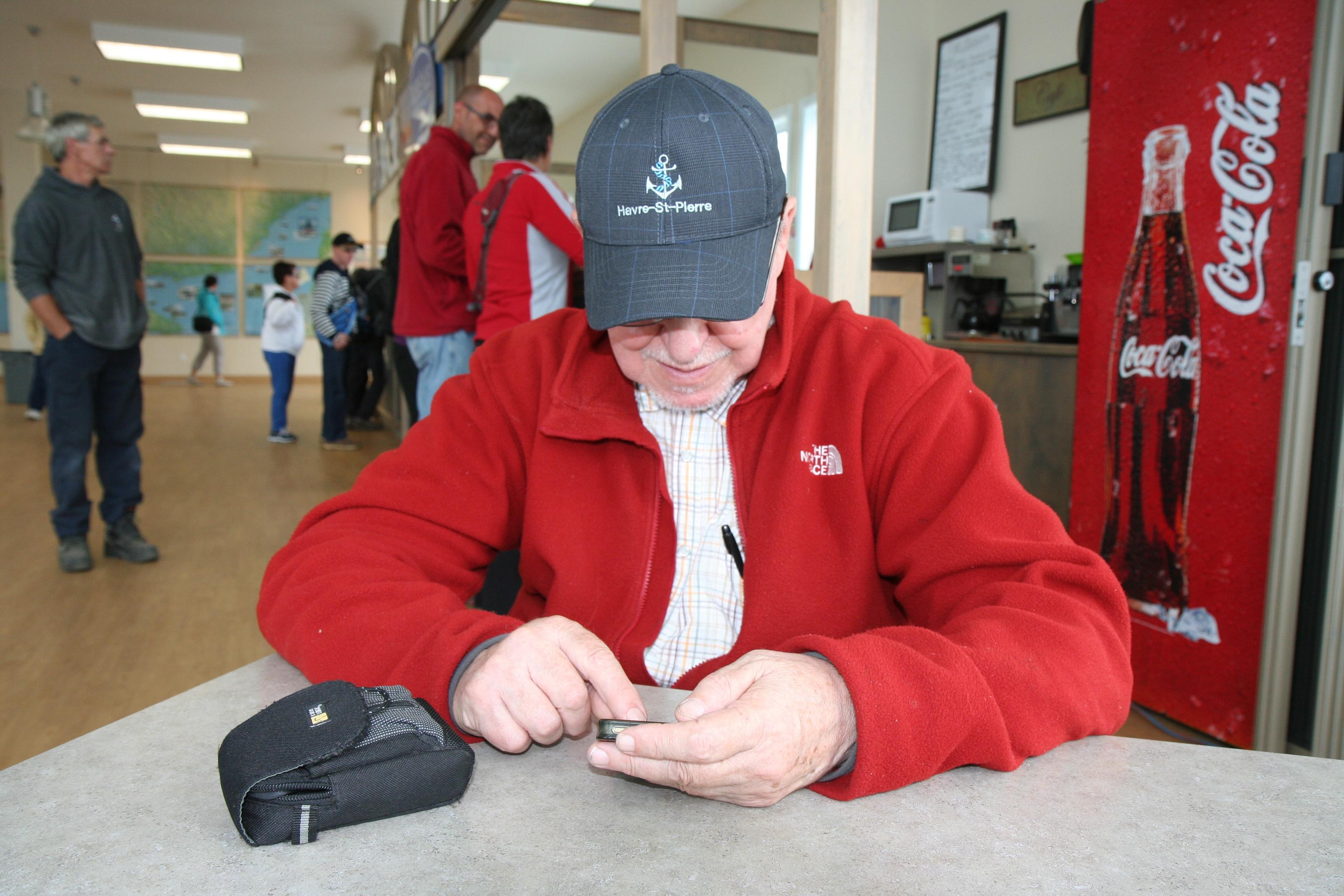 Toujours en contact : le webmestre à l'oeuvre à Natashquan (Québec) Crédits photo B. St-Hilaire