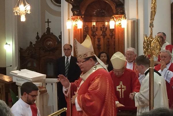 Le cardinal Lacroix imposant les mains à Thomas Malenfant lors de son ordination presbytérale le 29 juin 2015 (Crédits photo H. Giguère)