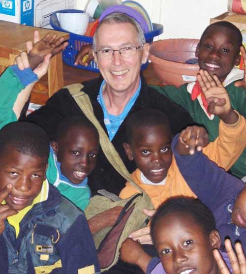 l'abbé Bernard Duquette au Kenya avec des enfants démunis (Photo Fondation Le Pont)