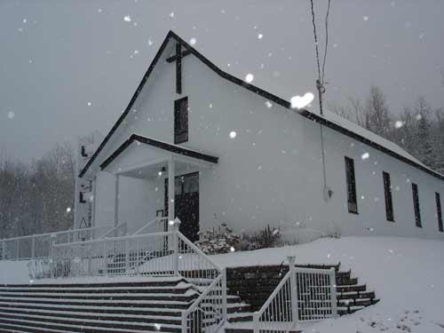 Chapelle Notre-Dame du Lac Poulin (Québec) sous la neige (Crédits photo H. Giguère)