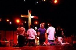 Croix avec des jeunes en adoration
