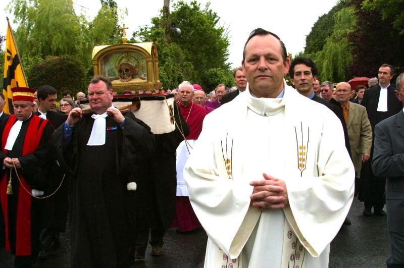 L'abbé Denis Bélanger lors du Grand Pardon de St-Yves à Tréguier en Bretagne en 2003