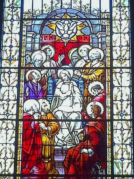 Vitrail « La vierge au milieu des apôtres à la Pentecôte » à la Basilique-cathédrale Notre-Dame de Québec (Crédits photo : H. Giguère)