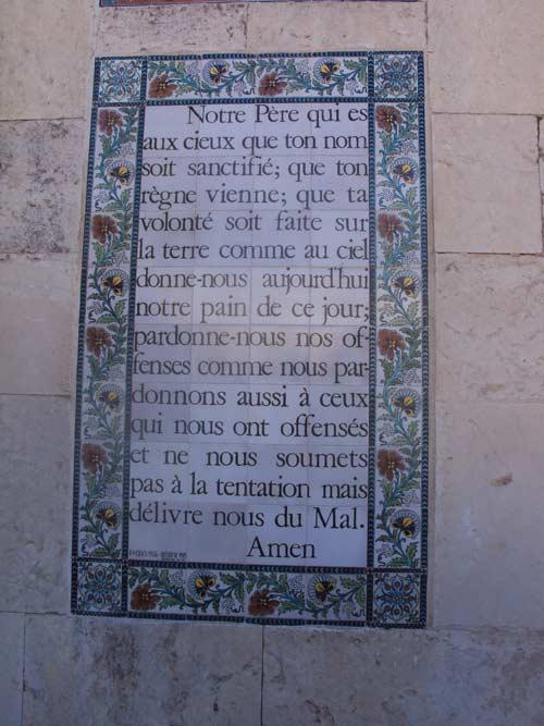 L'Église du Pater Noster est un édifice  situé le mont de l'Ascension, à Jérusalem-Est, en Terre sainte et dans le cloître des carmélites adjacent on trouve le Pater Noster reproduit sur des plaques en plus de 150  langues (Crédits photo : H. Giguère).