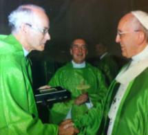 Remise au pape François du DVD sur saint François de Laval produit par Sel et Lumière