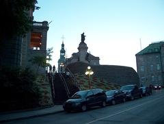 Vue générale du monument à François de Laval