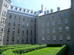Jardin français avec vue sur le Vieux Séminaire et le Pavillon Jean-Olivier-Briand