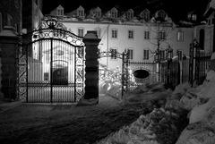 L'entrée du séminaire de Québec par une nuit d'hiver!