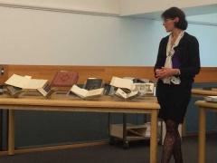 Madame Katy Tari  des MCQ devant quelques objets anciens des collections du Séminaire de Québec