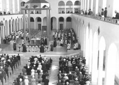 Ordination presbytérale à la Chapelle du Grand Séminaire sur la Cité Universitaire (aujourd'hui Salle Henri-Gagnon) en 1962. Crédits photo Claude Mercier