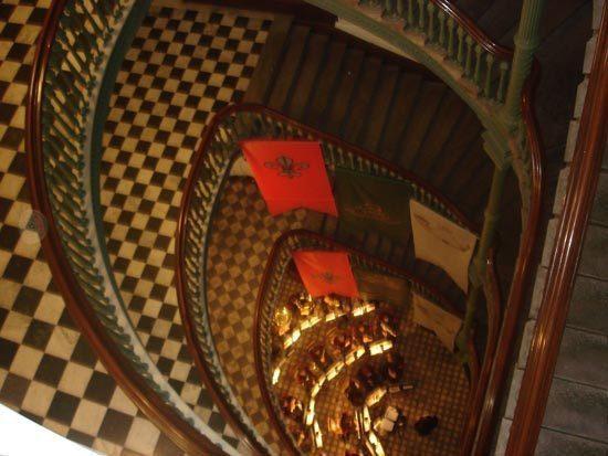 Le lobby du Pavillon Jean-Olivier-Briand du Sémianire de Québec vu du Grand Escalier. Cliquez sur l'image pour voir la photo panoramique prise par Vincent Royer.