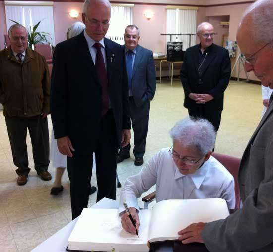 Quelques-uns des prêtres du Séminaire avec le Supérieur général au cours de la signature du Livre d'or du 350e (Photo H. Giguère)