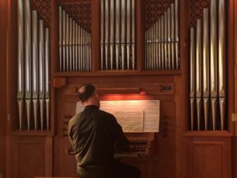 Monsieur Claude Lemieux inaugurant le nouvel orgue du Grand Séminaire de Québec (Crédits photo : H. Giguère)