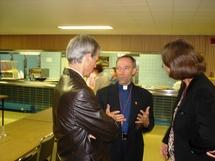 Mgr Gilles Lemay, évêque auxiliaire à Québec et répondant du PSDQ avec des parents