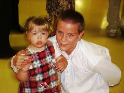 Jeune séminariste avec sa petite soeur