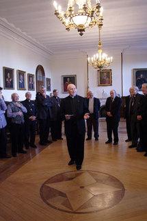 Le Supérieur général s'adressant aux évêques dans la Salle des prêtres du Séminaire de Québec