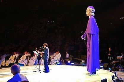 Robert Lebel interprétant, accompagné d`une marionnette géante,  le chant-thème de l`Année  jubilaire François de Laval 2008 à l`ouverture du 49e Congrès eucharistique international tenu à Québec du 18 au 22 juin 2008