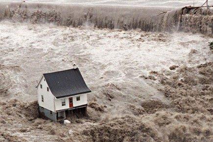 La petite maison blanche durant le déluge du Saguenay le 19 juillet 1996
