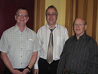L`abbé Guy Bossé, au centre, lors de son stage pastoral à La Tuque, avec l`abbé Claude Lapointe, curé de Saint-Martin de Tours et monsieur Jacques Lafrenière, gestionnaire du site internet