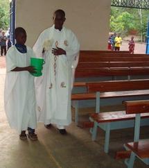 Bénédiction ds bancs par le directeur l`abbé Modeste Kambou