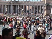 Sur la place de la basilique Saint-Pierre de Rome
