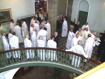 Prêtres invités sur un des paliers du Grand Escalier du Séminaire en 2008
