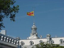 Le drapeau du Séminaire de Québec sur le Pavillon Camille-Roy