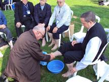 Le geste du lavement des pieds à la retraite internationale des prêtres à Ars le 1 octobre 2009