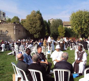 Vue de l`ensemble des prêtres lors du geste du lavement des pieds à la retraite internationale des prêtres à Ars le 1 octobre 2009