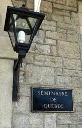 La lanterne à l'entrée du Pavillon Jean-Olivier Briand du Séminaire de Québec au 1, rue des Remparts à Québec
