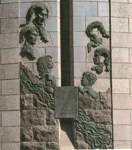 Bas-relief extérieur sur le tombeau du bienheureux François de Laval, premier évêque de Québec et fondateur de la communauté des prêtes du Séminaire de Québec
