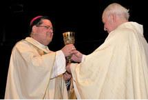 Le Supérieur général du Séminaire de Québec présente à Mgr Lacroix le calice de Mgr de Laval