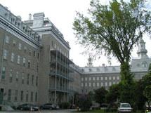 Le Pavillon Jean-Olivier-Briand à gauche accueille la Maison diocésaine, la Résidence des prêtres et le Grand Séminaire de Québec