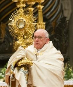 Le pape François à la procession de la Fête-Dieu à Rome qui va de la basilique Saint- Jean-de-Latran à la basilique Sainte-Marie-Majeure (Domaine public)
