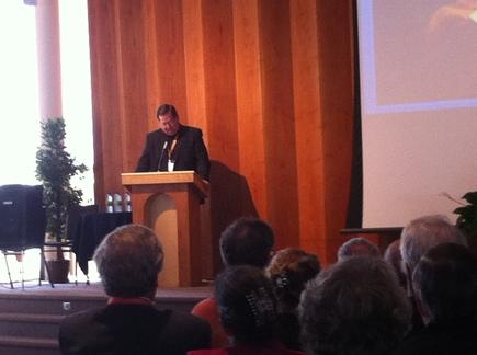 Mgr Gérald C. Lacroix s'adressant aux personnes réunies pour le lancement diocésain 2011  (Photo H. Giguère)
