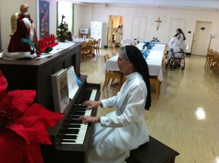Soeur Chantal Bergeron A.M.J. au piano lors la visite du Supérieur général du SME à la fête des Rois le 8 janvier 2012