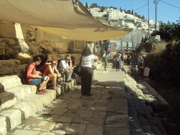 Ruines de l'escalier vers la piscine de Siloé à Jérusalem découvertes en 2005 (Crédits photo : H. Giguère)