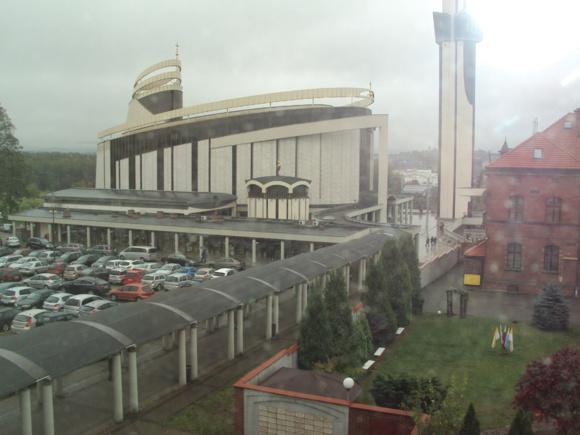 Sanctuaire de la Miséricorde Divine qui se trouve dans le quartier de Łagiewniki - Borek Fałęcki dans le sud de la ville de Cracovie (Pologne). La basilique a été construite entre 1999 et 2002 et consacrée le 17 août 2002 par Jean-Paul II. (Crédits photo: H. Giguère)