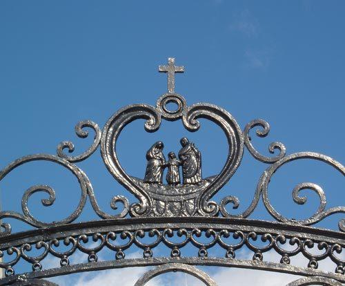La Sainte Famille, patronne du Séminaire de Québec, sur la grille d'entrée du Vieux Séminaire au 1, rue de la Fabrique à Québec
