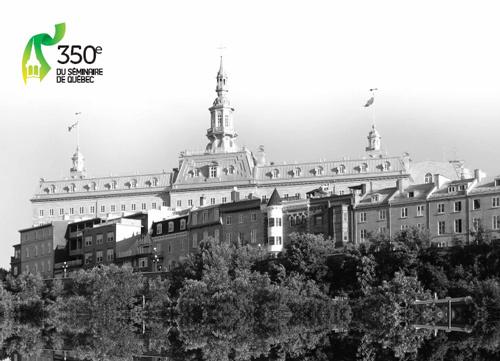 Le pavillon Camille-Roy derrière le logo des fêtes du 350 anniversaire de la fondation du Séminaire de Québec