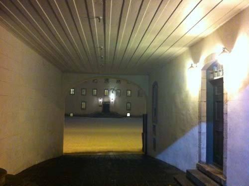 Le passage de la porte cochère qui ouvre sur la Cour du Vieux Séminaire de Québec, symbole des passages vécus et à vivre par cette vénérable institution.  (Photo H. Giguère)